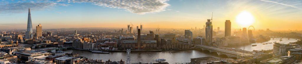 Sonnenuntergang über der neuen Skyline von London, Großbritannien